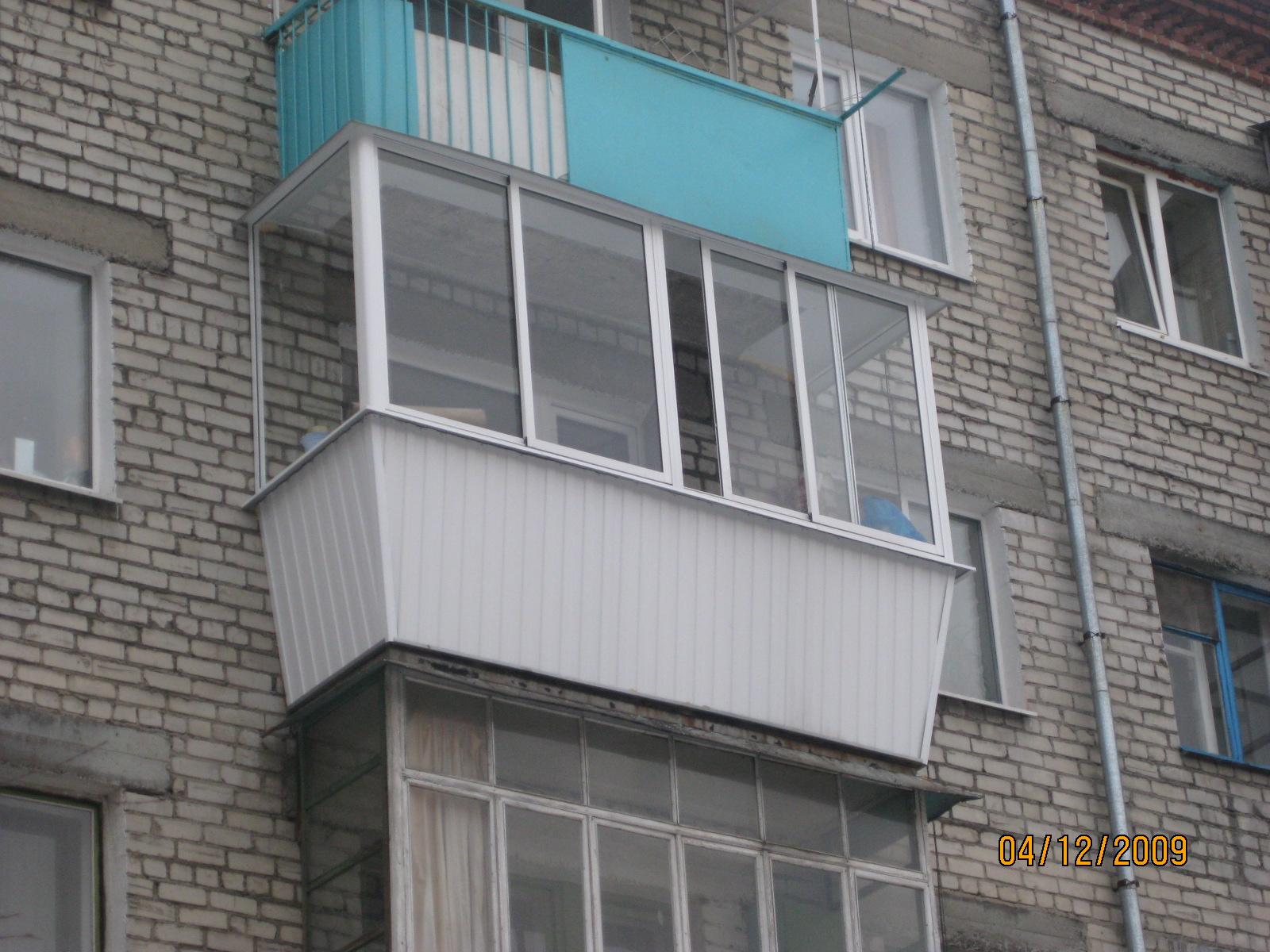 Остекление балкона с расширением на 3 стороны.