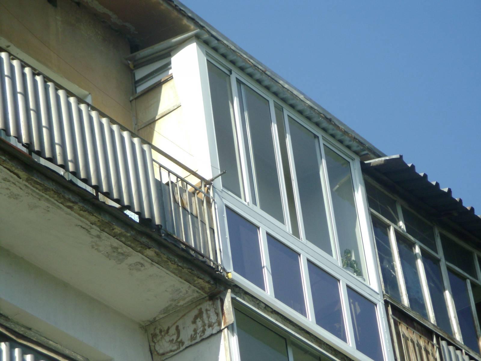 Остекление балкона, парапет стеклянный.